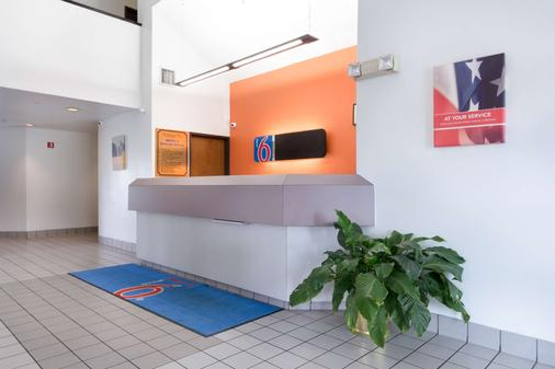 Motel 6 Dallas Northeast - Dallas - Front desk