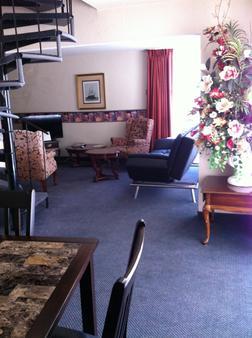 Americas Best Value Presidents Inn on Munras - Monterey - Living room