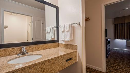 Best Western Salinas Monterey Hotel - Salinas - Bathroom