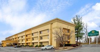 La Quinta Inn & Suites by Wyndham Harrisburg Airport Hershey - האריסברג