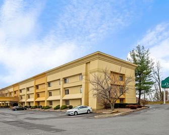 La Quinta Inn & Suites by Wyndham Harrisburg Airport Hershey - Harrisburg - Building