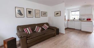 Sleek & Stylish 2BD Home w/ Office/Studio - Manchester - Olohuone