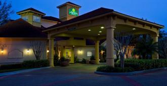 La Quinta Inn & Suites By Wyndham Usf (Near Busch Gardens) - Тампа - Здание