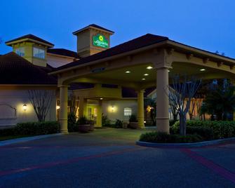La Quinta Inn & Suites By Wyndham Usf (Near Busch Gardens) - Tampa - Building
