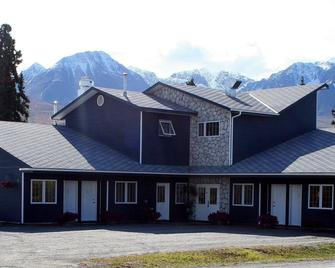 The Raven Hotel - Haines Junction - Building