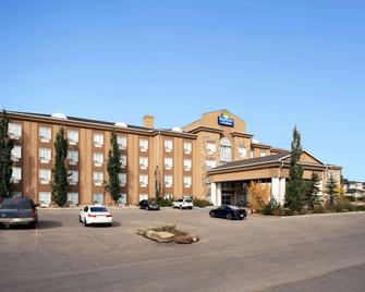 Days Inn & Suites by Wyndham Strathmore - Strathmore - Building