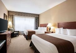 Days Inn & Suites by Wyndham Strathmore - Strathmore - Bedroom