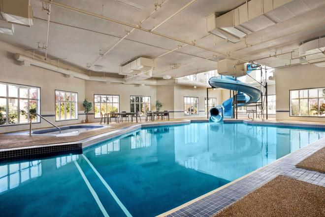 Days Inn & Suites by Wyndham Strathmore - Strathmore - Pool