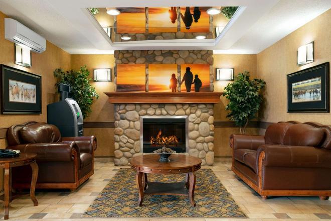 Days Inn & Suites by Wyndham Strathmore - Strathmore - Lounge