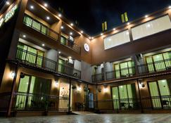 Hotel Lion - Урекі - Building