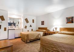 WI 麥迪森東北羅德威套房酒店 - 麥迪遜 - 麥迪遜(威斯康星州) - 臥室