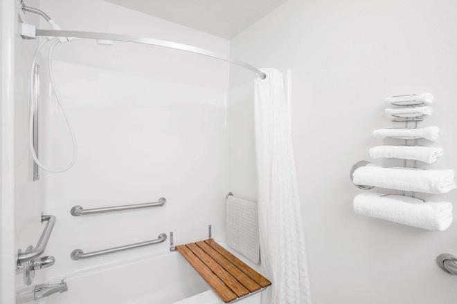 Super 8 by Wyndham Bethany MO - Bethany - Bathroom