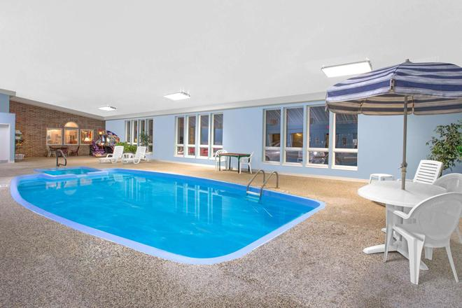 Super 8 by Wyndham Bethany MO - Bethany - Pool