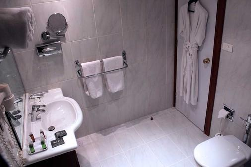 Plaza Hotel - Beirut - Bathroom