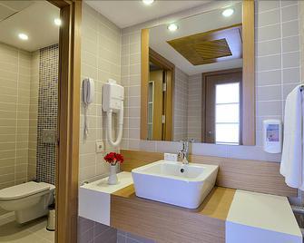 Alkoclar Adakule Hotel - Kuşadası - Bathroom