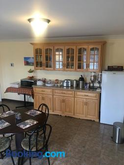 The Country Inn Motel - Gander - Kitchen