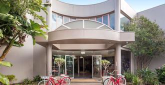 Kimberley Gardens Hotel & Serviced Apartments - Melbourne - Building