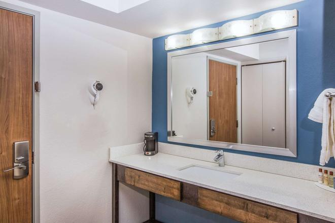 Wingate by Wyndham Louisville Fair and Expo - Louisville - Baño