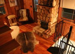 Creekside Cabin Getaway - Winona - Living room