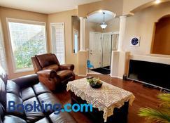 Saskatoon Lashyn Cove Homestay - Saskatoon - Living room