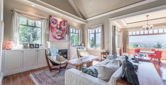 Telemark Ridge Lodge and Wellness Retreat - Vernon - Living room