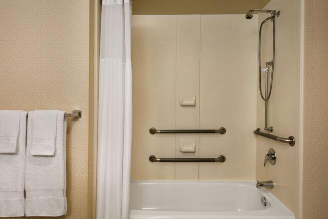 Hampton Inn & Suites by Hilton Langley-Surrey - Surrey - Bathroom