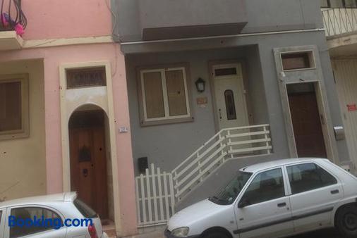 Giorgia House - Pietà - Building