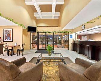 Days Inn & Suites by Wyndham DeSoto - DeSoto - Lobby