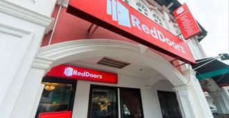 RedDoorz near Marine Parade Central - Singapore - Building