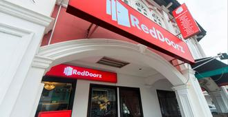 RedDoorz near Marine Parade Central - Singapura