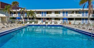 Motel 6 Cocoa Beach - קוקואה ביץ' - בריכה