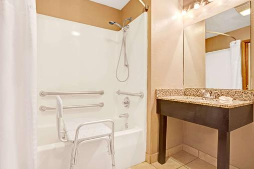 Super 8 by Wyndham Louisville Airport - Louisville - Bathroom