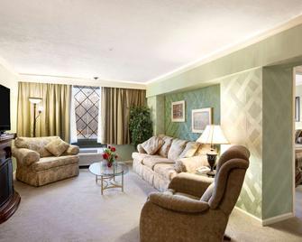 Ramada Hotel & Conference Center By Wyndham Lewiston - Lewiston - Wohnzimmer