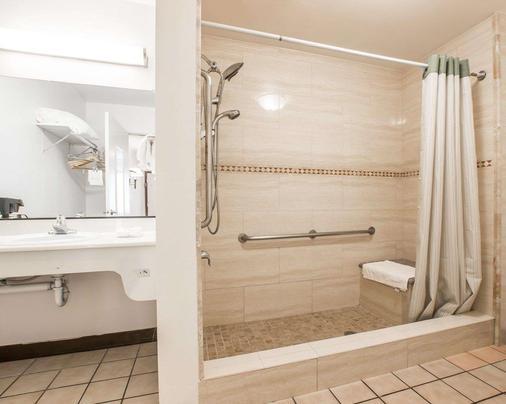 河濱羅德威酒店 - 河濱 - 里弗賽德 - 浴室