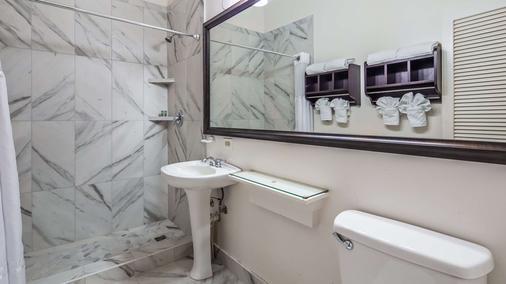 Best Western Pioneer Inn - Lahaina - Bathroom