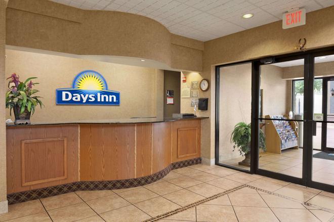 Days Inn & Suites by Wyndham San Antonio North Stone Oak - San Antonio - Rezeption