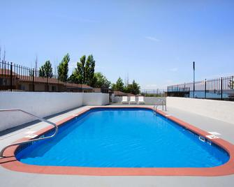 Howard Johnson by Wyndham Brigham City - Brigham City - Pool