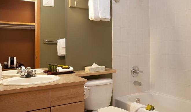 WindTower Lodge And Suites - Canmore - Bathroom