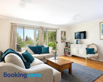 Camellia Cottage - Wentworth Falls - Living room