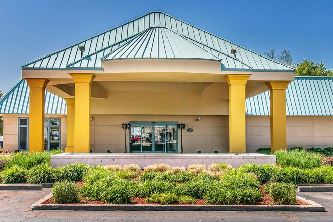 Quality Inn & Suites Banquet Center - Livonia - Edificio