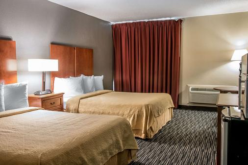 Quality Inn & Suites Banquet Center - Livonia - Bedroom