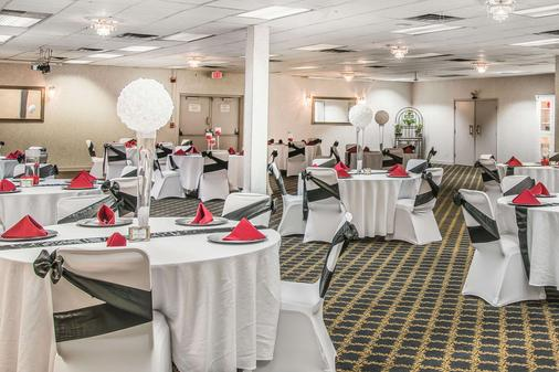 Quality Inn & Suites Banquet Center - Livonia - Banquet hall