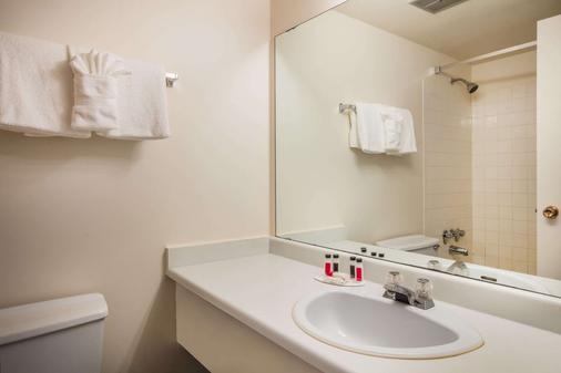 Howard Johnson by Wyndham Victoria - Victoria - Bathroom