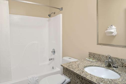 Super 8 by Wyndham Omaha I-80 West - Omaha - Bathroom