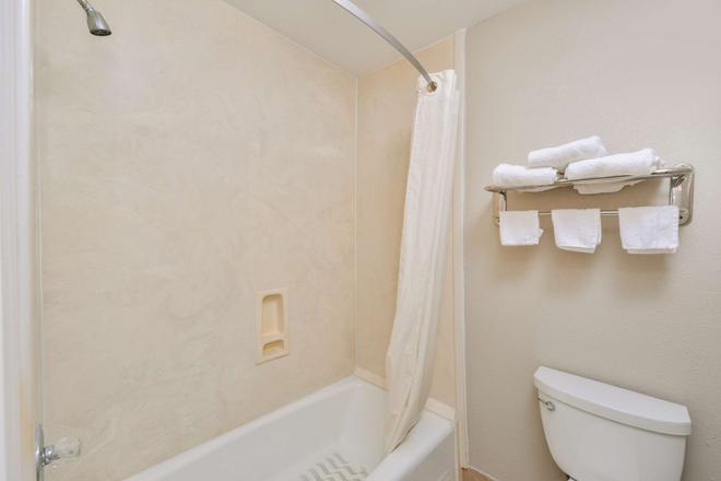 Americas Best Value Inn Pasadena Houston - Pasadena - Bathroom