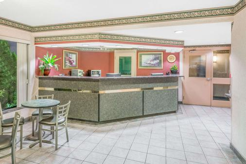 Super 8 by Wyndham Ambassador Bridge Windsor ON - Windsor - Lobby