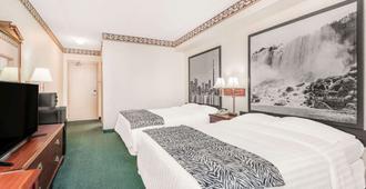 Super 8 by Wyndham Ambassador Bridge Windsor ON - Windsor - Bedroom