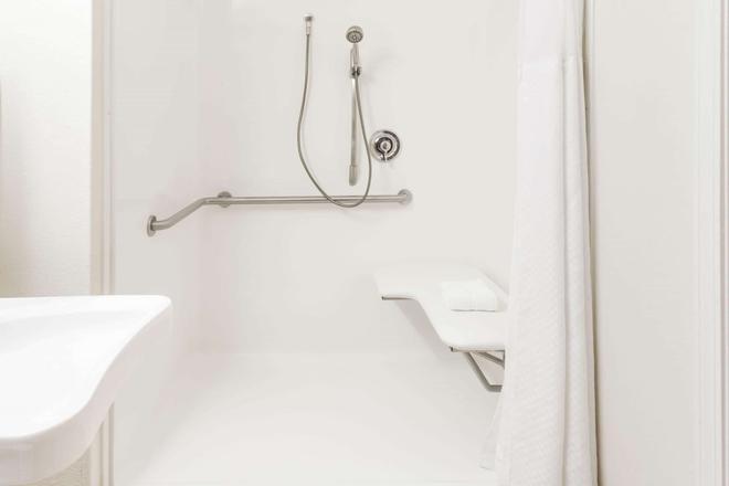Microtel Inn & Suites by Wyndham Wilson - Wilson - Bathroom