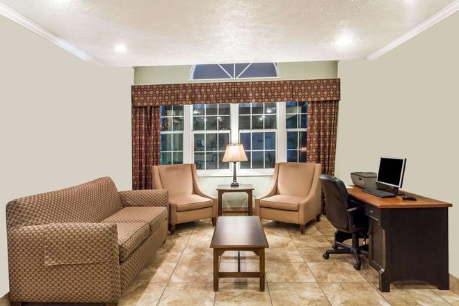 Microtel Inn & Suites by Wyndham Wilson - Wilson - Living room