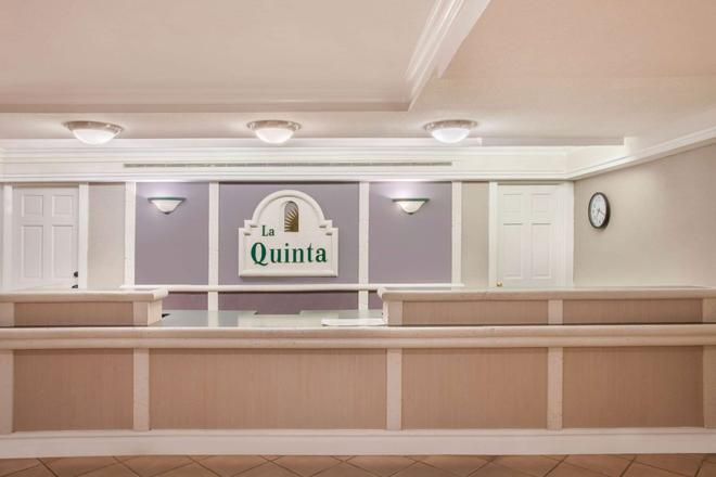 La Quinta Inn by Wyndham Fort Myers Central - Fort Myers - Front desk